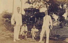 Perspectiva da praça quando ainda guardava o nome de Praça Gonçalves Ledo. Fotografia capturada a partir da Avenida Sete de Setembro. Fotografia tirada na década de 1920. Foto: Acervo Edlucio De Castro Alves. Fonte: Manaus Sorriso.