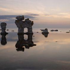 Raukar nennt man diese Kalksteinsäulen - typisch für die Ostseeinsel Gotland   Merian