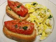 Ovos mexidos com ervas frescas e torrada com tomate
