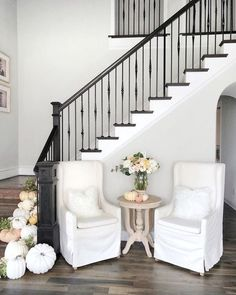 Cozy Fall Home Decor To Inspire – staircase Fall Home Decor, Autumn Home, Banister Remodel, Black Stairs, Home Detox, Christmas Staircase, Entry Way Design, Banisters, Home Staging
