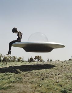 """Kinga Rajzak & her UFO"" Tim Walker Photography Tim Walker Photography, Art Photography, Fashion Photography, Artistic Photography, Amazing Photography, Conceptual Photography, Vintage Photography, Ufo, Film Noir Fotografie"