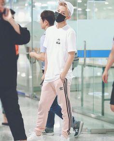 Seventeen Jeonghan at the Airport Airport Fashion Kpop, Kpop Fashion, Asian Fashion, Mens Fashion, Fashion Idol, Kpop Mode, Jeonghan Seventeen, Thing 1, Look At You