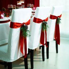 Os recomendamos vestir la mesa de navidad con unos sencillos lazos y ramas de pino. Seguro que llamará la atención de vuestros/as comensales.