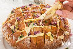 Ben je nog op zoek naar een lekker hapje om te serveren tijdens oud en nieuw? Dit borrelbrood is niet alleen super lekker, maar ook nog eens heel gezellig om te eten. Doordat je allemaal vierkantjes in het brood snijdt, kan iedereen zijn of haar stuk brood er uit trekken. Vul het brood lekker met kaas, ui en knoflook. Als dat geen smullen wordt. Geniet ervan!