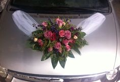 Lo más recomendable sería llevar los adornos florales del coche coordinados con las flores que hayamos elegido para el ramo.