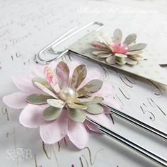 Hello shabbilicious friends, I've ducked away for a few days again, but I wanted to pop in and share some of the pretties I've been working on… a variety of 'shabbilicious' planner clips. Paper Clips Diy, Paper Clip Art, Paperclip Crafts, Paperclip Bookmarks, Filofax, Planners, Book Markers, Candy Cards, Scrapbook Embellishments