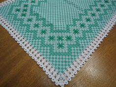 Caminho de mesa com bordado xadrez e barrado de crochê. Avesso invisível. tamanho: 50x140cm Podemos fazer conforme cor de preferência da cliente.