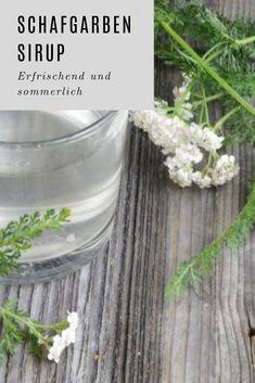 sommerlicher Schafgarben Sirup - herrlich erfrischend #rezepte #sirup Glass Vase, Drinks, Plants, Gift Ideas, Syrup, Achillea, Fried Cabbage Recipes, Sheep, Baking