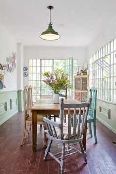 Das cadeiras multicoloridas às flores, essas salas de jantar me passam a idéia de uma casinha feliz.   Adoro!!                             ...