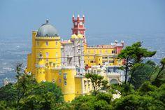 12 jours au #Portugal, de Lisbonne à #Porto - via Voyager en Photos 19.06.2015   La durée idéale pour une première immersion dans ce pays magnifique au patrimoine incroyable. 12 jours pendant lesquels nous avons enchaînés les visites de sites classés au Patrimoine Mondial de l'Unesco : Lisbonne, Sintra, Tomar, Coimbra, Porto, Batalha et Alcobaça, tout en se permettant quels instants de farniente à la plage pour nous remettre de tout cela ! #voyage #travel #tips Photo: Palais de Pena à Sintra