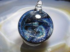 素材・佐竹ガラス(鉛ガラス)縦・約27mm(紐を通す部分を含む) 横・約20mm 重量・約10g(100円玉2枚位)銀箔を使って、宇宙を。渦巻く宇宙・・・のよ...|ハンドメイド、手作り、手仕事品の通販・販売・購入ならCreema。