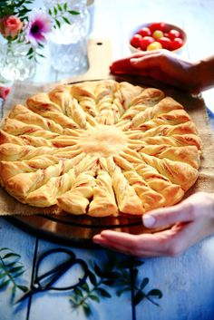 Rien que dans le titre on a tous les ingrédients ou presque... Super simple, facile et bien bonne cette petite tarte en entrée ou apéro...Vous la retrouverez également dans le Gazelle spécial Ramadan qui est toujours en kiosque! Tarte soleil au saumon...