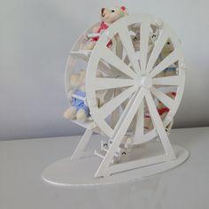 Roda gigante para decoração de quarto infantil ou festas,. Não acompanha os ursinhos de pelúcia. Altura 26cm x 32 de comprimento. Caso deseje os ursinhos, valor cobrado a parte.
