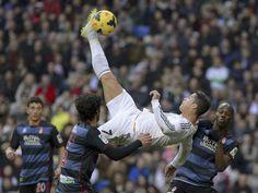 Es una foto de un partido de fútbol en Real Madrid.