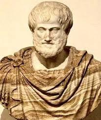 """ARISTÓTELES: nació en el año 384 a.C. en una pequeña localidad llamada Estagira. Fue discípulo de Platón y maestro de Alejandro Magno. Creó su """"Liceo"""" que fue tan prestigioso como la """"Academia"""". Su filosofía se caracteriza por ser un movimiento filosófico y científico basado en la experimentación. Creó un concepto de la sociedad, de la realidad y del hombre totalmente diferente."""