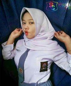Girl in Hijab Beautiful Hijab, Young And Beautiful, Beautiful Women, Swetha Menon, High School Girls, Only Girl, Muslim Women, Girls 4, School Uniform
