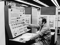 After the late 1960s, the Soviet Union built the Robotron 300, the first machine based on IBM architecture, specifically the 360/40 model, which was developed in Radeburg.   Photo: Computing station Robotron EC 2640, early 1970s, Deutsches Museum.