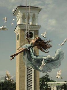 Scenes Enchanteresses de Jeunes Femmes dansant dans les Airs