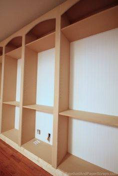 How to create symetrical, uniform arches. There is an easy trick to drawing, cutting and installing a series of identical and nearly perfectly symmetrical arches to your built-ins (or any stock, store bought bookshelves with a faceframe & Diy Furniture Projects, Home Projects, Furniture Design, Furniture Vintage, Industrial Furniture, Vintage Industrial, Built In Bookcase, Bookshelves, Bookshelf Diy