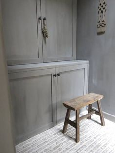 Sober grey in Mia Colore kalkverf Floor Colors, Wall Colors, Cosy House, Rustic Elegance, How To Antique Wood, Minimalist Living, Rustic Interiors, Beautiful Interiors, Country Decor