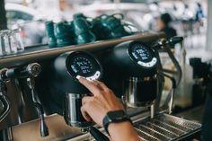 Phá vỡ mọi giới hạn nhưng vẫn đảm bảo mọi yếu tố trong tầm kiếm soát, #Sanremo_Cafe_Racer cho phép điều chỉnh nhiệt độ, áp suất và thời gian chiết xuất chính xác cho từng dòng cafe của từng họng riêng biệt! ☕ Theo dõi và kiểm soát dễ dàng các thông số ảnh hưởng đến chất lượng Espresso của bạn qua màn hình hiển thị điện tử hiện đại! Coffee Machines, Espresso Machine, Coffee Maker, Espresso Coffee Machine, Coffee Maker Machine, Coffee Percolator, Coffee Making Machine, Coffeemaker, Espresso Maker