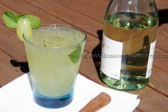 INGREDIENTES:  1/2 xícara (chá) uva verde(sem sementes)1 xícara (chá) vinho branco gelado1 colher (sopa) de açúcarfolhas de hortelã a gostogelo a gosto  MODO DE PREPARO:  1- Em uma coqueteleira coloque as uvas cortadas ao meio, o açúcar e esmague muito bem com o socador.  2- Adicione as folhas de hortelã, o vinho branco e sacuda bem.  3- No copo ou taça de servir coloque pedras de gelo, e adicione a mistura da coqueteleira. Sirva a seguir.