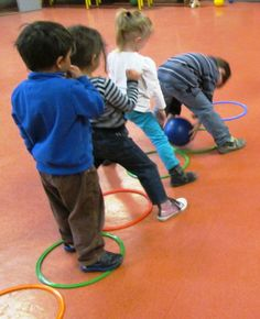 Really nice preschool game styles. Kids will be enjoy and learn teamwork and trust friends same times. Motor Skills Activities, Gross Motor Skills, Physical Activities, Physical Education, Yoga For Kids, Exercise For Kids, Montessori Activities, Preschool Activities, Kids Party Games