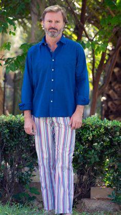 Camisa Denim 100% Algodón, demin fino. Cuello blando con ballena extraible, puño sencillo, semientallada. Color azul. Pantalón de rayas. Tejido 100% Algodón. Diseño de rayas rojas,azules,grises. Pantalón sin pinzas, bolsillo a la costura, dos bolsillos traseros con tapeta. Bajo de 20.5 cm