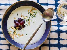 Делимся с вами рецептом освежающего белого гаспачо для легкого ужина! Что нужно для его приготовления? 1 чашка бланшированного миндаля 1 чашка белого винограда без косточек 2 огурца 1 зеленый болгарский перец 1 стакан воды 1 ст.л. оливкового масла 5 кубиков льда Горсть листьев мяты Соль и перец по вкусу Как готовить? Максимально измельчите миндаль в блендере, добавьте оливковое масло, виноград, огурец, перец и снова измельчите и перемешайте. В получившуюся массу влейте стакан воды.