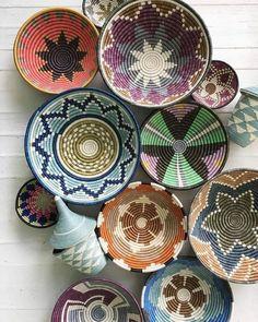 Painted Baskets, Baskets On Wall, Wall Basket, Boho Bedroom Decor, Bohemian Decor, Diy Wall, Wall Decor, Basket Decoration, Interior Design Tips