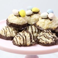 Simple coconut macaroons - so easy to prepare! You only need 6 ingredients and a bowl! Simple coconut macaroons - so easy to prepare! You only need 6 ingredients and a bowl! Coconut Recipes Easy, Sweet Recipes, Coconut Desserts, Veggie Recipes, Just Desserts, Delicious Desserts, Yummy Food, Health Desserts, Tasty