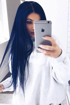 That's exactly how you copy Kylie Jenner's dark blue hair – BLack Hair Styles Hair Color Blue, New Hair Colors, Cool Hair Color, How To Dye Brown Hair Blue, Black Hair Blue Tint, Blue Tinted Hair, Blue Wig, Navy Color, Spring Hairstyles
