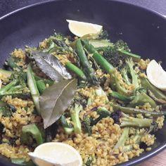 Arroz integral con espárragos y brocoli al wok