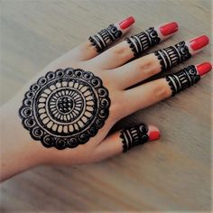Many women do not want a full mehndi design such as the traditional ones and opt for simple designs that do not have lots of intricate elements. If you are one of them, then simple finger mehndi designs is the new trend you should watch out for! Henna Hand Designs, Circle Mehndi Designs, Round Mehndi Design, Henna Tattoo Designs Simple, Mehndi Designs For Kids, Simple Arabic Mehndi Designs, Mehndi Designs For Beginners, Mehndi Design Photos, Mehndi Simple