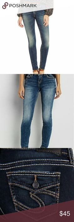 """Buckle's Silver Suki Skinny mid rise jeans Excellent fitting Silver Suki jeans in medium wash.  Flap buttoned pockets 29"""" inseam wear cuffed or long Silver Jeans Jeans Skinny"""