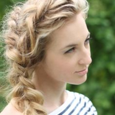 There are so many ways to wear braids in your hair. Here is a collection of fun summer braid tutorials. (Image via Style United)
