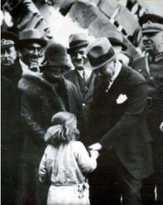 """Natali AVAZYAN on Twitter: """"Atatürk,Afet İnan'la Fatma Memili adındaki kız çocuğunu severken.Dörtyol 15 şubat 1931 https://t.co/Fh0jWri6Dl"""""""