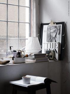 Bordslampan LÅTER bildar ett stilfullt stilleben tillsammans med VÄLBEKANT skrivplatta, NÖDVÄNDIG SKÅL. Den varma chokladen serveras ur SMARTA serveringsform. Stylist: Pella Hedeby Fotograf: Kristofer Johnsson