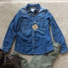 """AG Wesley Denim Chambray shirt AG Wesley Denim Chambray shirt. Super cute wardrobe staple. Contrast chambray shoulders and pocket trim. Front breast pockets. Button front. Laying flat approx 25"""" long, approx 18"""" pit to pit. 100% cotton. Size S. NWT, never worn. #301, 302 AG Adriano Goldschmied Tops Button Down Shirts"""