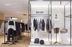 【ELLE】「エリザベス アンド ジェームス」のコーナーショップが関東初オープン|エル・オンライン Interior Architecture, Interior Design, Workshop Design, Retail Store Design, Wardrobe Rack, Room, Shopping, Furniture, Boutique Ideas