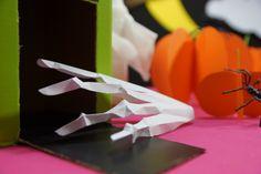 Mão de esqueleto feita de papel. Dica super fácil para decorar a sua festa do Halloween.