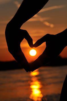 Puesta de sol con corazón.                                                                                                                                                                                 Más