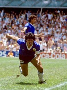 Maradona carrera de goolllll! :-) Argentina Football, Diego Armando, Football Images, Sport Icon, Soccer Players, Chelsea, Captain Hat, Baseball, Rey
