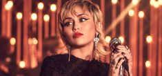 Miley Cyrus Miley Cyrus, Pearl Necklace, Fashion, Singers, Musica, String Of Pearls, Moda, Beaded Necklace, La Mode