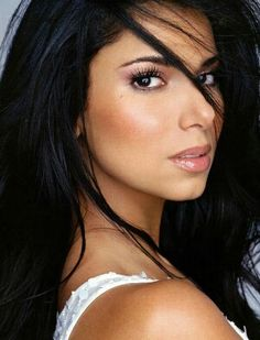 LATINA Makeup & Beauty: Latina natural makeup look. Best for olive skin/dark hair morenas. (I like this hair color) Roselyn Sanchez, Beauty Make-up, Beauty And Fashion, Beauty Hacks, Hair Beauty, Brunette Beauty, Nail Fashion, Brunette Hair, Fashion Hair
