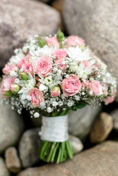 A beautiful bouquet in pink and white - wedding dress E . - A beautiful bouquet in pink and white wedding dress A beautiful bouquet in pin - White Wedding Flowers, Bridal Flowers, Flower Bouquet Wedding, Rose Wedding, Wedding White, Gypsophila Wedding, Wedding Dress, Bride Bouquets, Bridesmaid Bouquet