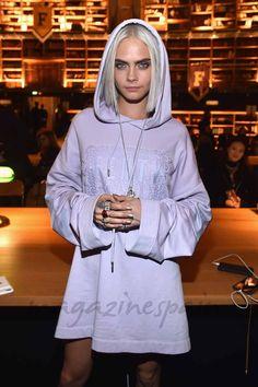 Cara Delevingne ha sorprendido a todos con su nuevo look en el desfile en París de la nueva colección Fenti x Puma by Rihanna… Adiós, melena, y adiós, rubio. La modelo ha dado un giro radical a su estilo con el pelo gris plateado y más corto