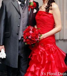 こちらの新婦さんのお色直しのヘッドドレスです。ご準備中の新婦さん(^^) 清楚な白ドレスからドラマティックにイメージチェンジです。美しい☆ 赤いバラと合わ...