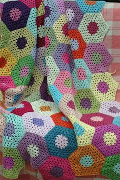 crochet blanket - love the simple pattern and colours. wow, really wanna give this ago.