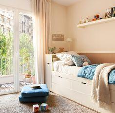 Más almacenaje. Una cama nido con cajones y un contenedor en la estructura del cabecero de la habitación infantil sirven de espacios de almacenaje.
